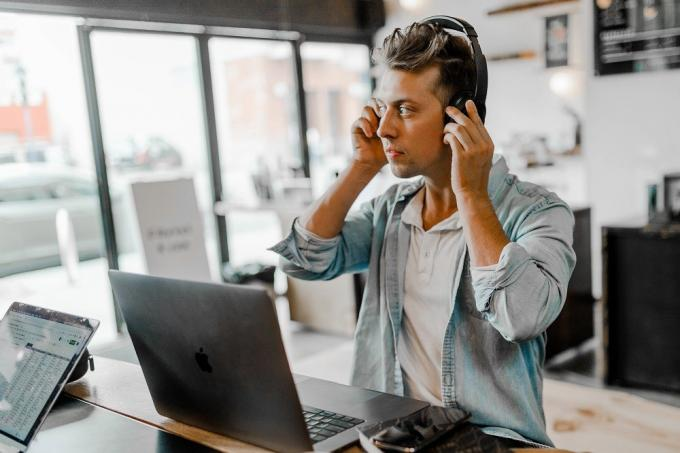 A Short Guide On Call Center Services Outsourcing – Benefits & Drawbacks – BPO Services